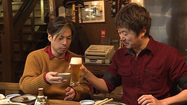 左から:桜井誠(Dragon Ash)、新井浩文 『美しき酒呑みたち』より ©BSフジ テレビマンユニオン