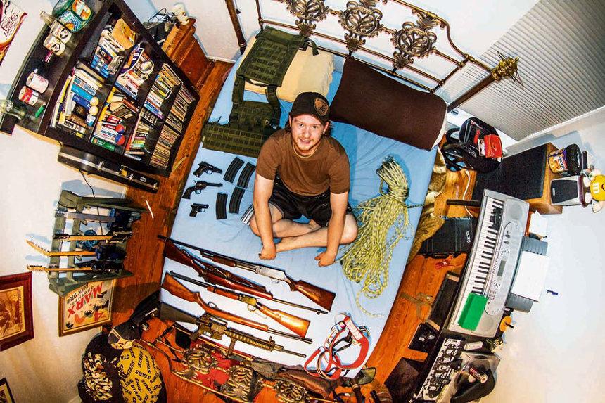 銃のコレクションがある部屋(アメリカ)Ben ジョン・サックレー『My Room 天井から覗く世界のリアル 55ヵ国1200人のベッドルーム』より