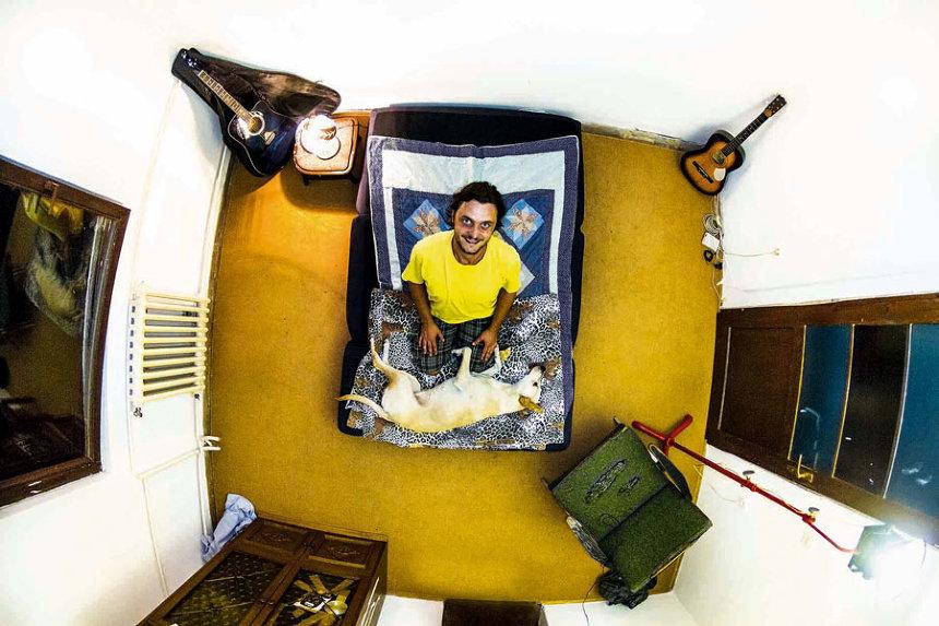 戦争を知った部屋(ボスニア・ヘルツェゴビナ) ジョン・サックレー『My Room 天井から覗く世界のリアル 55ヵ国1200人のベッドルーム』より