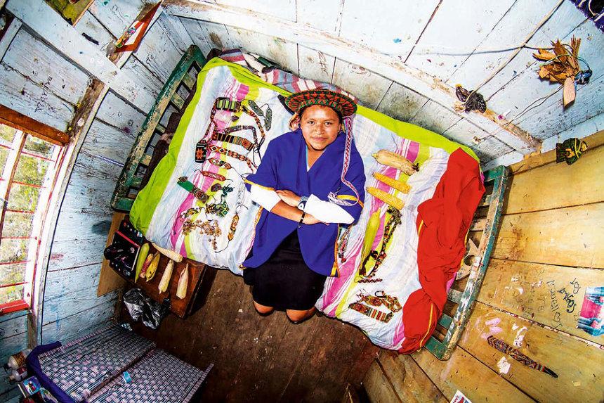 アンデスの人里離れた村の部屋(コロンビア) ジョン・サックレー『My Room 天井から覗く世界のリアル 55ヵ国1200人のベッドルーム』より