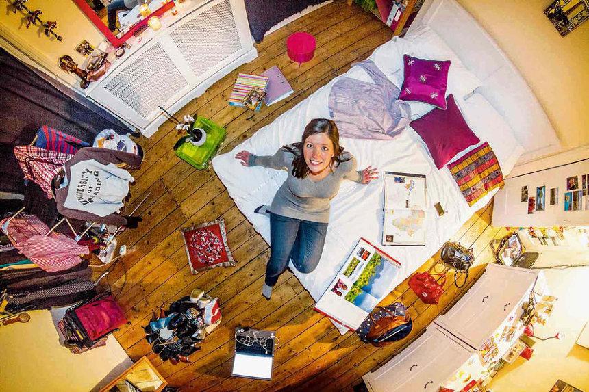 初めて写真をとった部屋(イングランド)Penny ジョン・サックレー『My Room 天井から覗く世界のリアル 55ヵ国1200人のベッドルーム』より