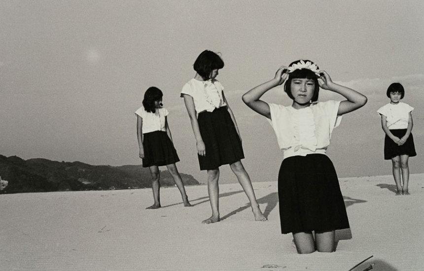 植田正治(日本、1913-2000)『少女たち』1945年 ©Shoji Ueda Office