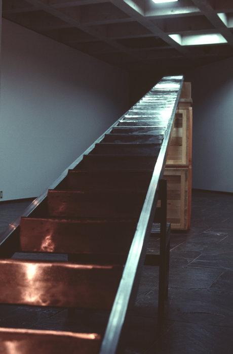 ホワン・ヨンピン『避難はしご』1992年 木、鉄(中華包丁) 49.6m(全長)×42cm