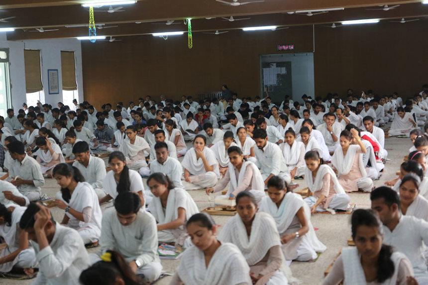 Gujarat Vidyapithの学生による瞑想とカディの糸を紡ぐ時間(撮影:岡本憲昭)