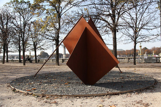 ミルチャ・カントル『Give more sky to the flags』2016 Corten steel, stones | 200 x 450 x 210cm Courtesy of the artist and VNH Gallery, Fondation Francès, Dvir Gallery