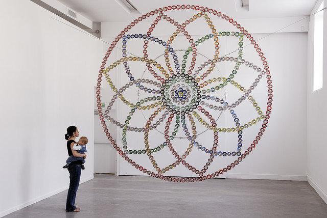 ミルチャ・カントル『Rosace』2007 Drink cans, plexiglas, aluminum | ø 400 cm Photo: Aurélien Mole | Courtesy of the artist and Dvir Gallery, Tel Aviv