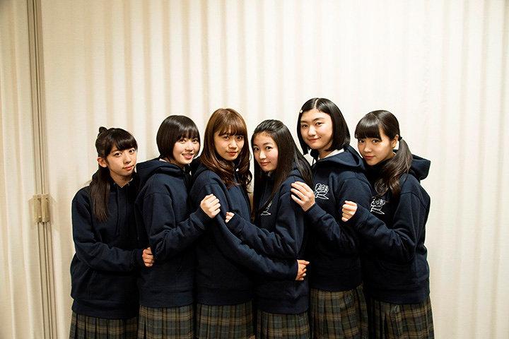 紺色のパーカーを着た私立恵比寿中学