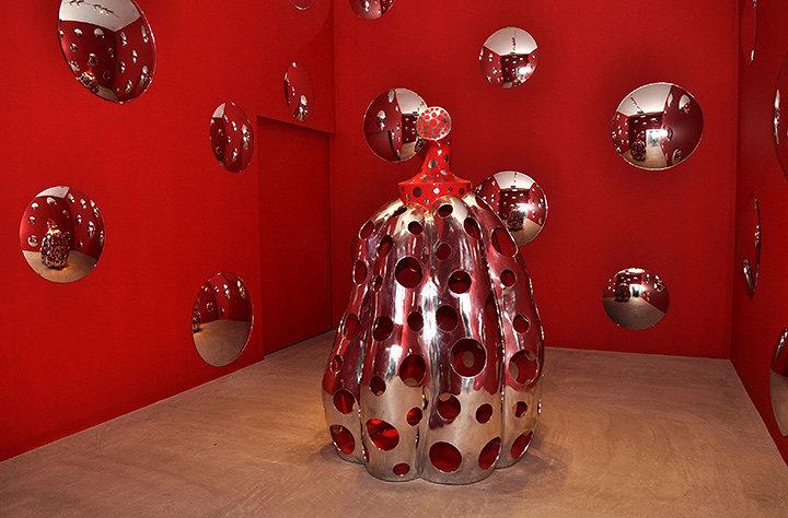 『宇宙にとどけ、水玉かぼちゃ』2010年 アルミニウム 草間彌生『十和田でうたう』展 展示風景 十和田市現代美術館(2010年)