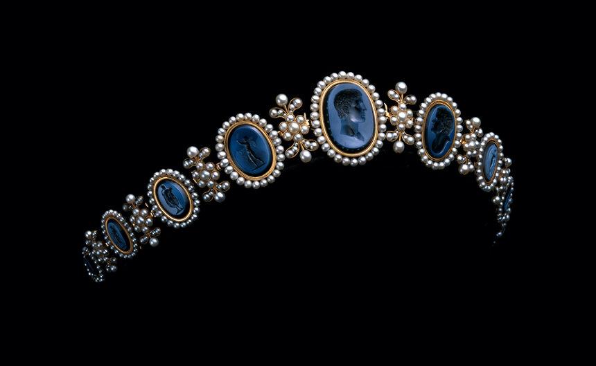 ニト・エ・フィスに帰属『ナポリ王妃カロリーヌ・ミュラのバンドー・ティアラ』1810年頃 ゴールド、真珠、ニコロアゲート ミキモト ©Droits réservés