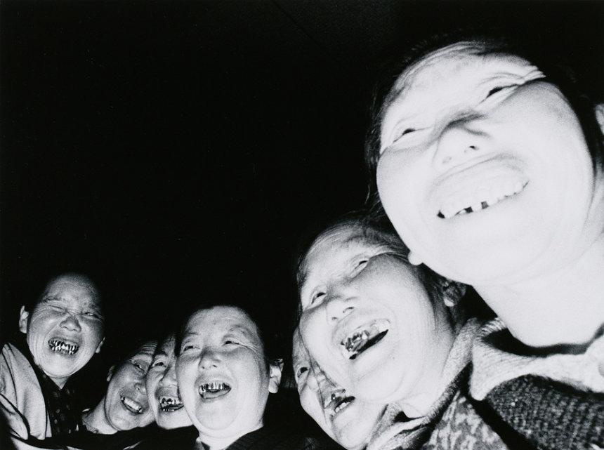 内籐正敏『お籠りする老婆 高山稲荷』『婆バクハツ!』より 1970年 ゼラチン・シルバー・プリント