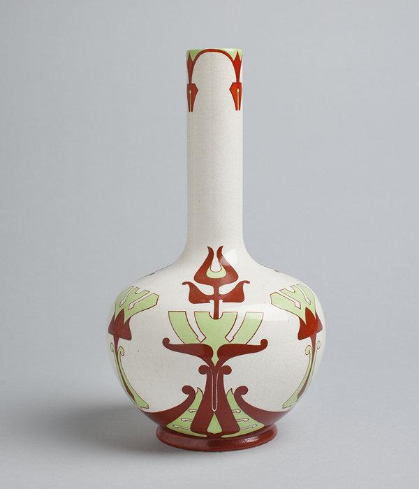 花瓶『カレヴァ』 1906-1914 年/アラビア製陶所 コレクション・カッコネン photo:Niclas Warius