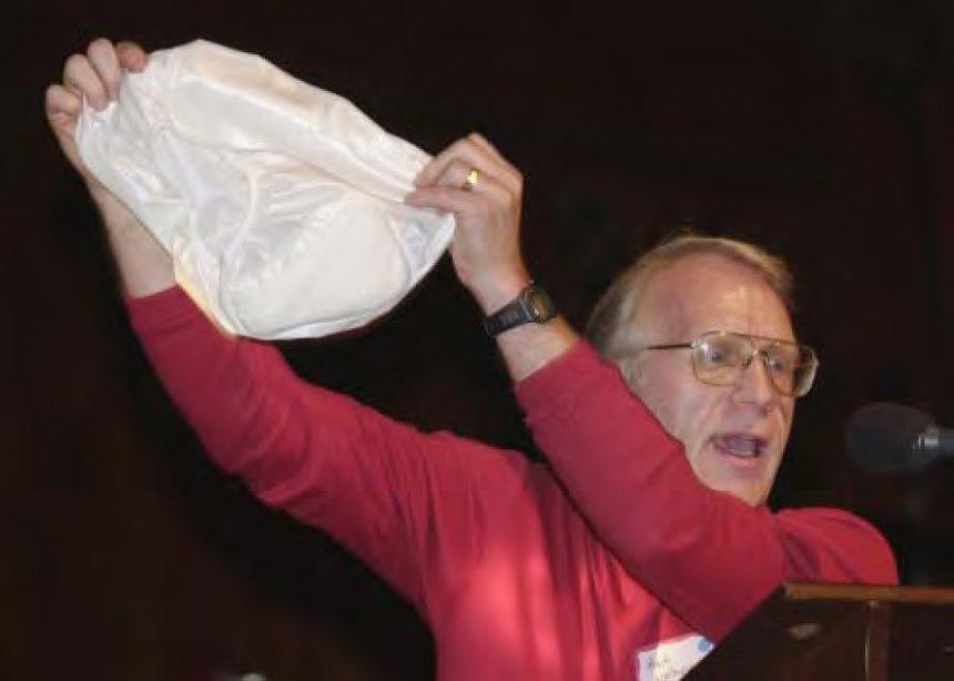 『イグ・ノーベル賞』受賞研究『悪臭のガス(おなら)を防ぐ、気密性の下着「アンダー・イーズ」』photo by Jon Chase / Harvard News Offoce