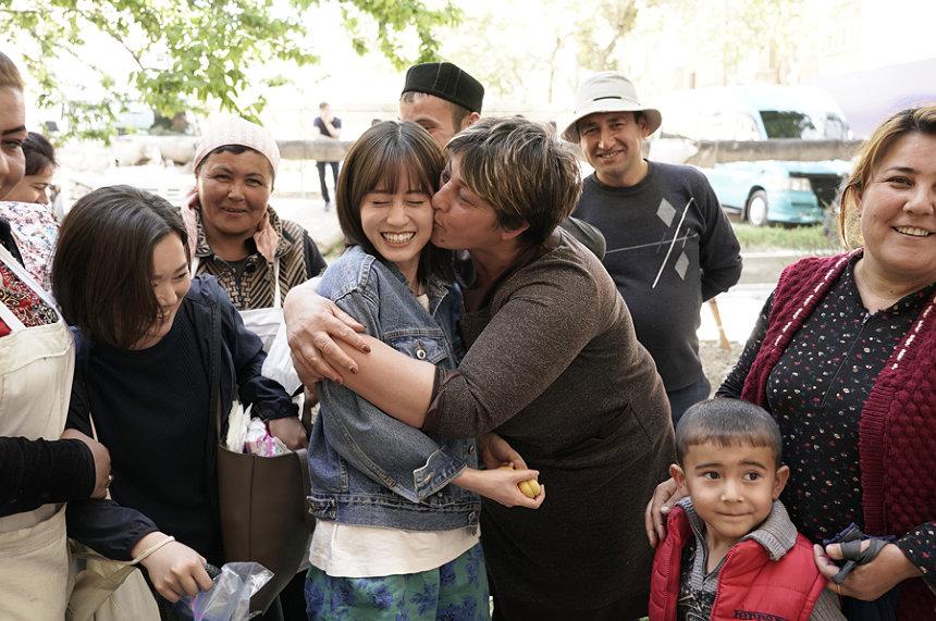 前田敦子 撮影に参加したウズベキスタンのエキストラや現地の人々と ©2019「旅のおわり、世界のはじまり」製作委員会/UZBEKKINO