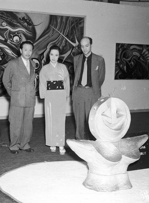 1952年『渡欧記念岡本太郎展』(大阪髙島屋)会場のイサム・ノグチ、山口淑子、岡本太郎