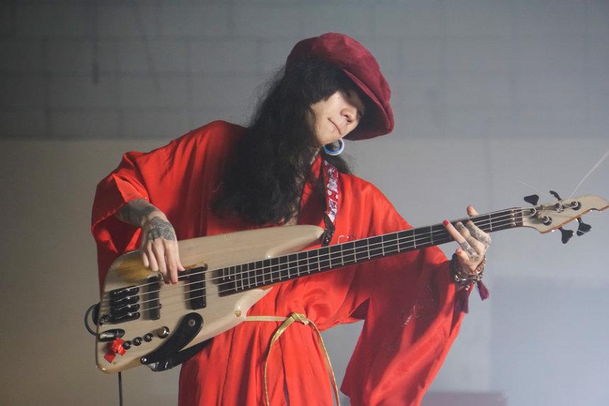 マーガレット廣井演じるドロドロ ©2018「音量を上げろタコ!」製作委員会