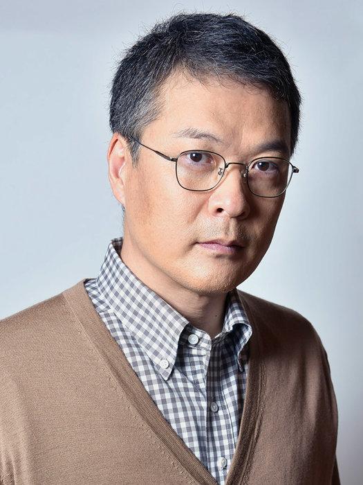 緒方忠夫役を演じる田中哲司 ©テレビ東京