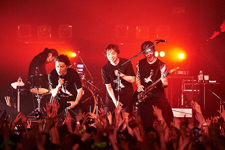 """MIYAVI、KREVA、三浦大知が共演した2017年6月29日の『NTT DOCOMO presents MIYAVI 15th Anniversary Live """"NEO TOKYO 15""""』ライブ風景(Photo by Yusuke Okada)"""