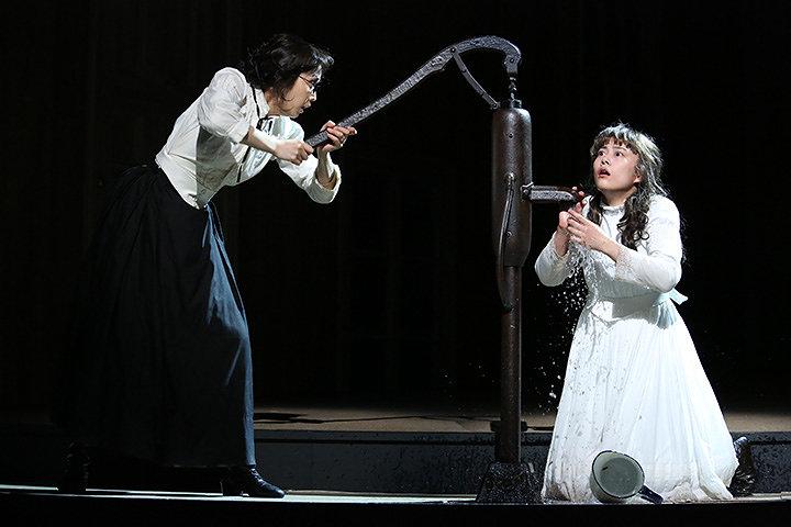左から鈴木杏、高畑充希 2009年舞台写真より 撮影:田中亜紀