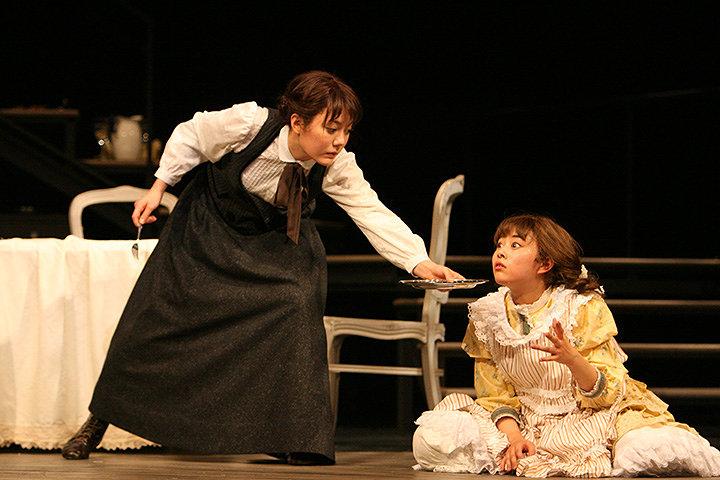 左から木南晴夏、高畑充希 2014年舞台写真より 撮影:田中亜紀