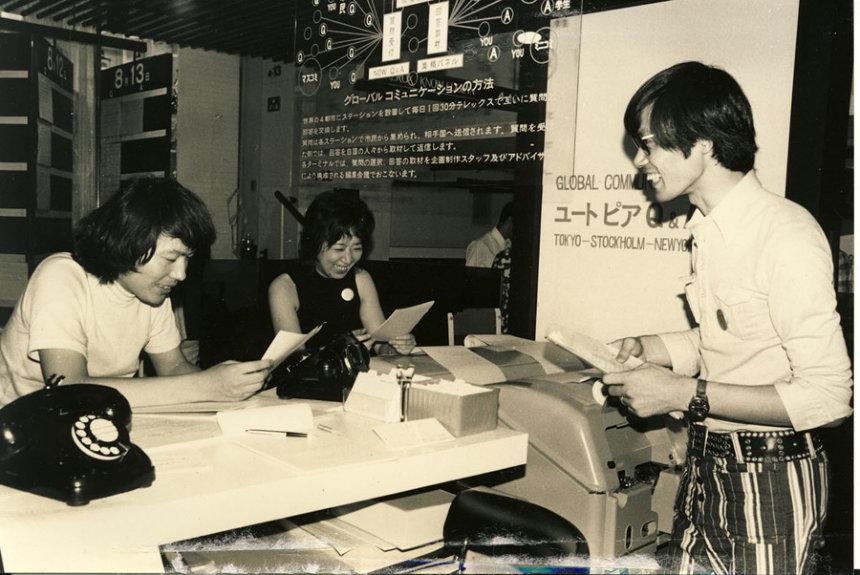 中谷芙二子『ユートピア Q & A 1981』1971(企画:E.A.T.) 東京ターミナル会場風景より E.A.T.東京メンバー(左から):小林はくどう、中谷芙二子、森岡侑士 撮影:深沢正次