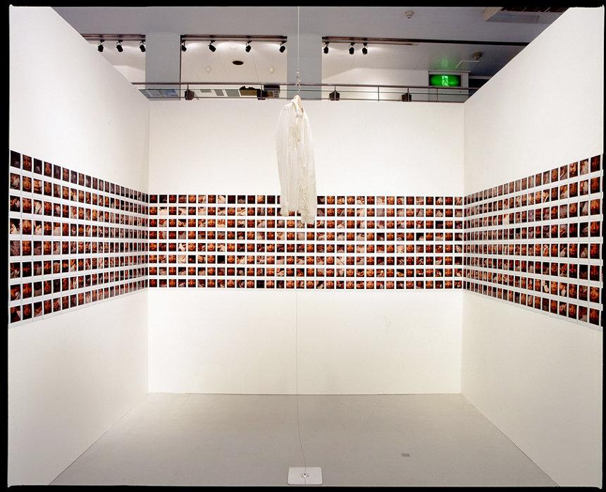 長島有里枝『Her Projects‐memories of no one』2005年(KPOキリンプラザ大阪での展示風景) ©Yurie Nagashima 撮影:木奥惠三