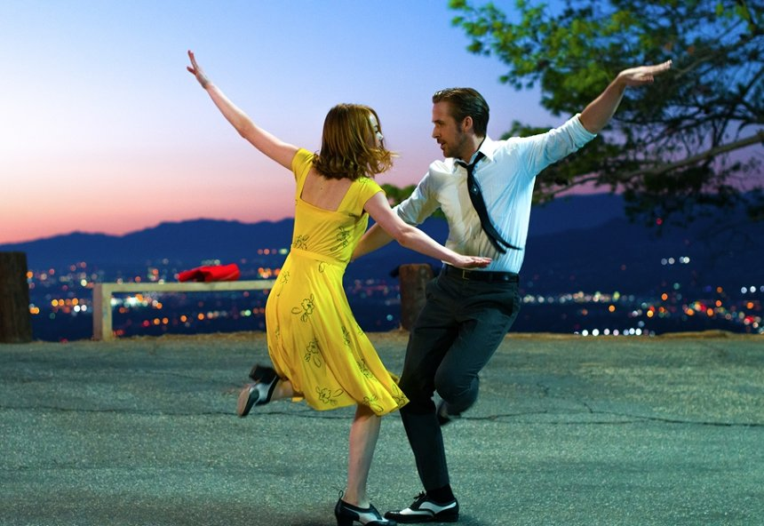 『ラ・ラ・ランド』©2017 Summit Entertainment, LLC. All Rights Reserved. Photo credit: EW0001: Sebastian (Ryan Gosling) and Mia (Emma Stone) in LA LA LAND. Photo courtesy of Lionsgate.