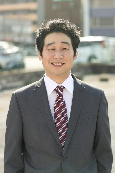 小田哲郎役の前野朋哉 ©鈴木良雄・小学館/「フルーツ宅配便」製作委員会