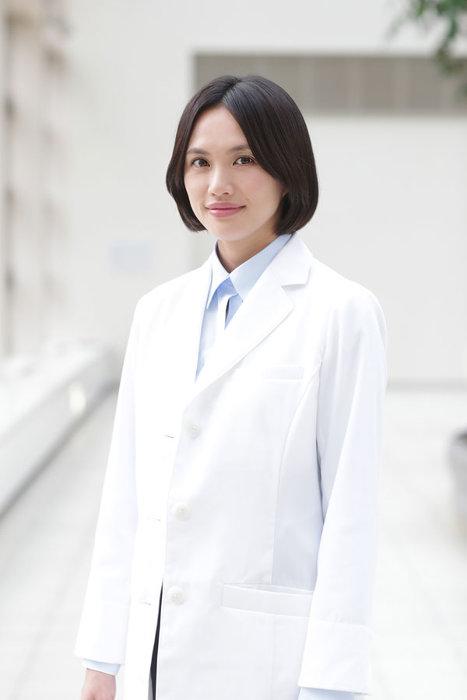 臼田あさ美演じる新庄雪子 ©「神酒クリニックで乾杯を」製作委員会2019