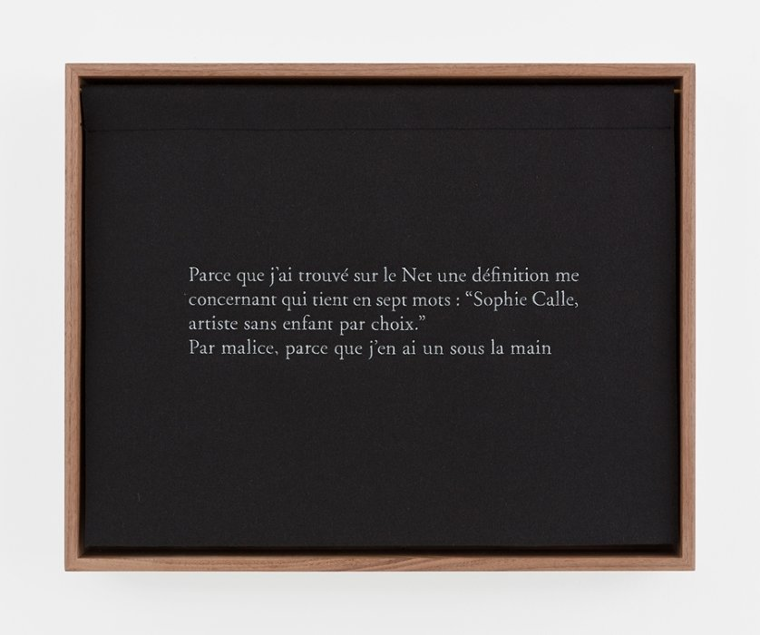 Sophie Calle Sans enfants, sein 子供なし、胸 2018 Color photograph, embroidered woolen cloth, framing © Sophie Calle / ADAGP, Paris, 2019 Courtesy of Perrotin and Gallery Koyanagi Photograph: Claire Dorn