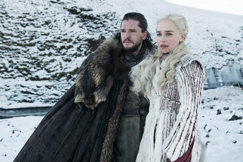 『ゲーム・オブ・スローンズ』 Kit Harington as Jon Snow and Emilia Clarke as Daenerys Targaryen - Photo Helen SloanHBO