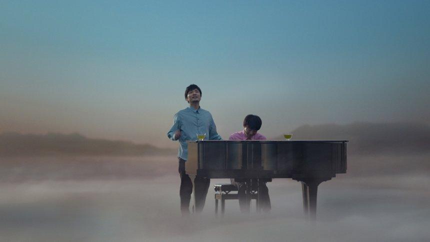 森山直太朗と高橋一生 「キリン 生茶」CM「ピアノ篇」より