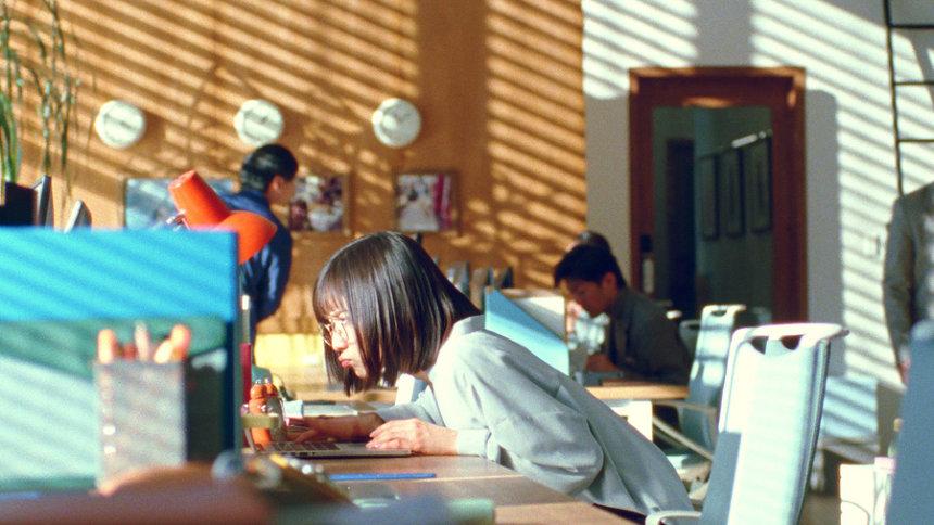 「ROPÉ PICNIC」新ウェブ動画「自由に変わろ。松岡茉優の3変化ムービー ほどほどOL篇」より