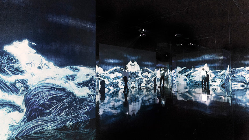 『Black Waves: 埋もれ失いそして生まれる 』 teamLab, 2019, Digital Installation, Continuous Loop, Sound: Hideaki Takahashi