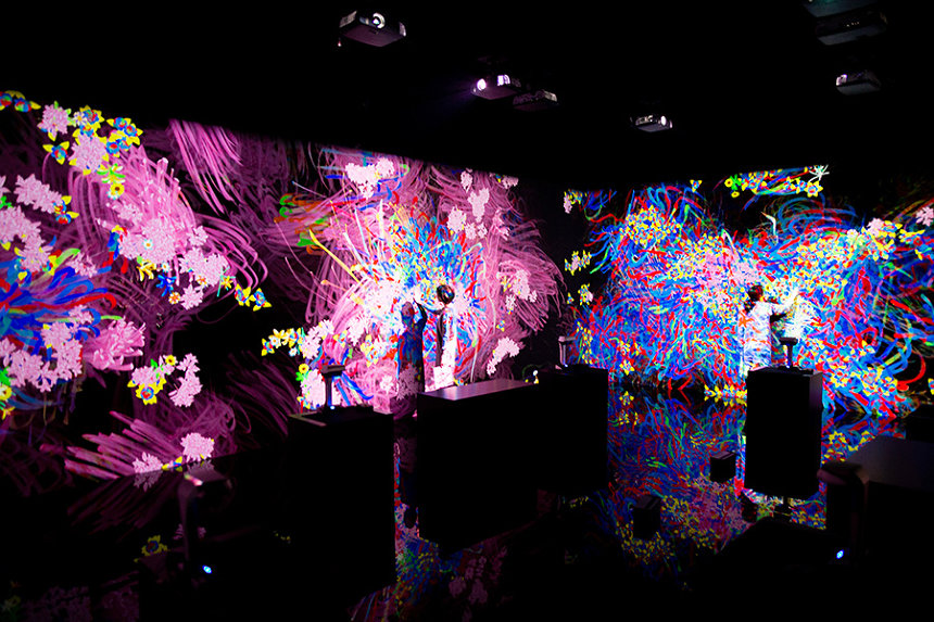 『グラフィティ フラワーズ ボミング』 teamLab, 2018, Interactive Digital Installation, Endless, Sound: Hideaki Takahashi