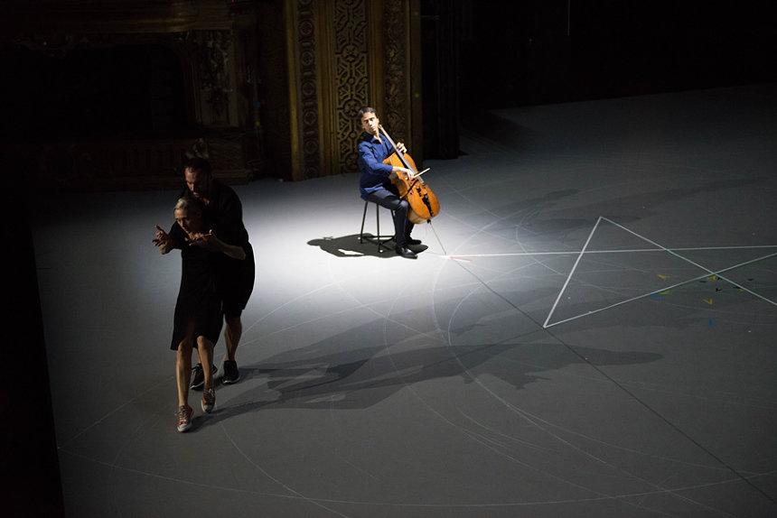 『我ら人生のただ中にあって/バッハ無伴奏チェロ組曲 』公演風景 ©Anne Van Aerschot