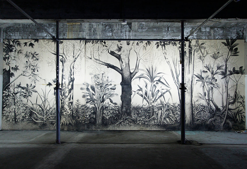 佐藤直樹『はじめの「そこで生えている。」』2013年(『TRANS ARTS TOKYO 2013』会場風景、東京電機⼤学旧校舎、2013年)364×955.5cm、作家蔵