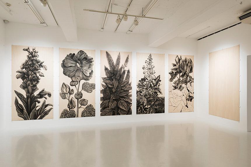 佐藤直樹『植物立像』2017年、243×122cm(1点)、作家蔵