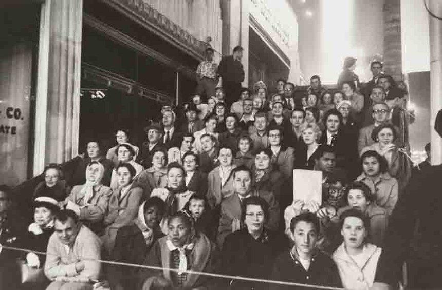 ロバート・フランク 『映画のプレミア、ロサンゼルス』1955年  Movie Premiere, Los Angeles, 1955 © Robert Frank