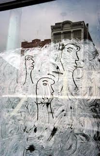 ソール・ライター『落書きの顔』1950年、発色現像方式印画 ©Saul Leiter Foundation