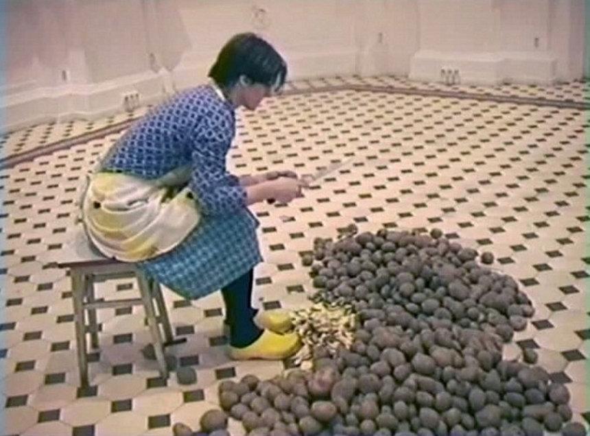 ユリタ・ヴイチク『芋の皮剥き』2001年,シングルチャンネル・ヴィデオ,カラー,サウンド(10分52秒),ザヘンタ国立美術館(ワルシャワ)所蔵作品,Collection of Zachęta - National Gallery of Art,Warsaw