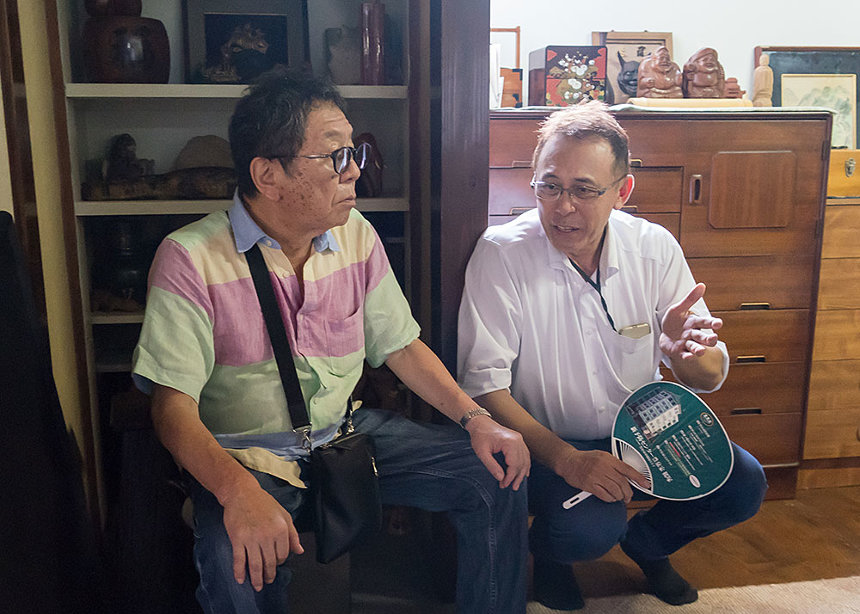 高橋伴明監督と原作者・長尾和宏 ©「痛くない死に方」製作委員会