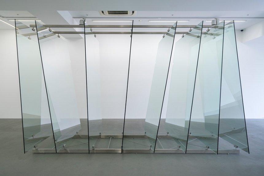 ゲルハルト・リヒター『8枚のガラス板』2012年 ガラス、 鋼鉄製の金具 220×160×350cm  協力:ワコウ・ワークス・オブ・アート ©Gerhard Richter 2019 (01082019)