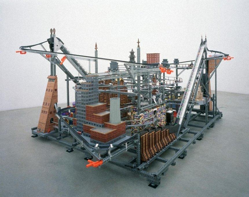 クリス・バーデン『メトロポリス』2004 金沢21世紀美術館蔵 photo: KIOKU Keizo ©Chris Burden Estate ※現在地[2]のみ