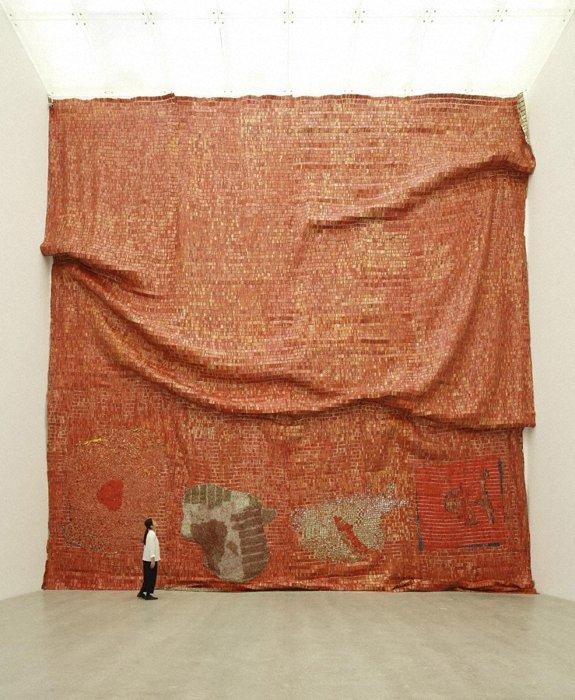 『パースペクティブス』2015 金沢21世紀美術館蔵 ©El Anatsui photo: KIOKU Keizo ※現在地[2]のみ
