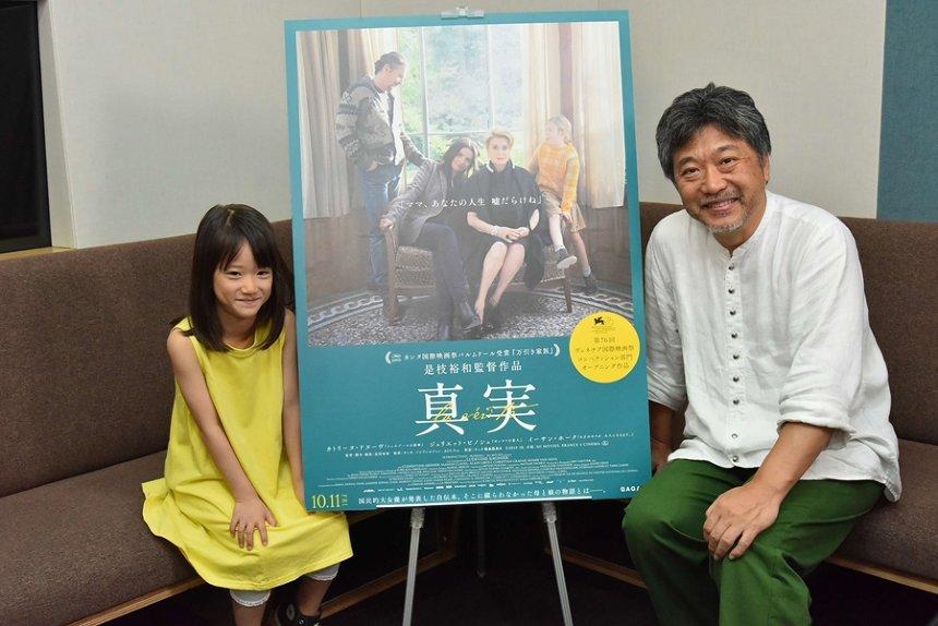 左から佐々木みゆ、是枝裕和監督 ©2019 3B-分福-MI MOVIES-FRANCE 3 CINEMA