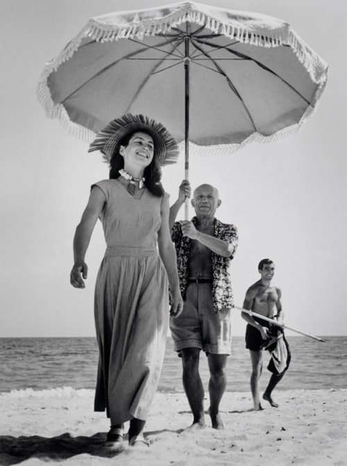 Golfe-Juan. Augst 1948. Pablo Picasso with Francoise Gilot and his nephew Javier Vilato, on the beach, 1948/ Robert Capa  © International Center of Photography/Magnum Photos