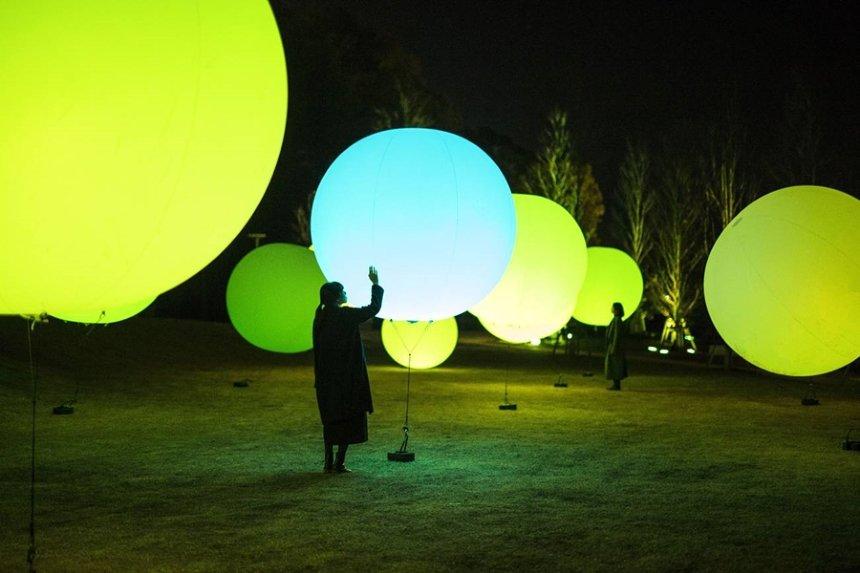チームラボ『浮遊する、 呼応する球体 / Floating, Resonating Spheres』teamLab, 2015, Interactive Installation, Endless, Sound: Hideaki Takahashi