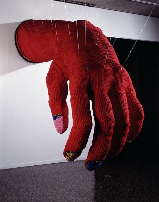 小名木陽一『赤い手ぶくろ』1976年 東京国立近代美術館蔵
