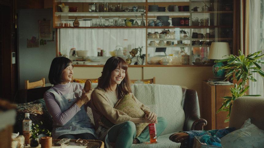 キリン 午後の紅茶の新テレビCM「きっと幸せは、さわれるくらい、そばにある。幸せの紅茶。」篇より