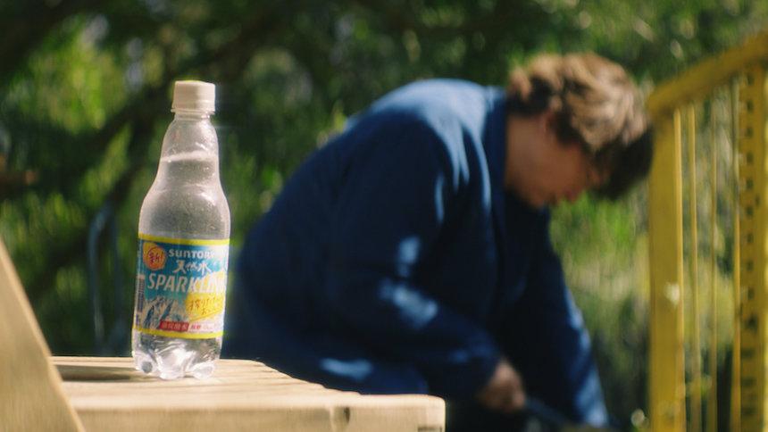 サントリー天然水 スパークリングレモンの新テレビCM「レモンを搾ったような幸せ」篇より